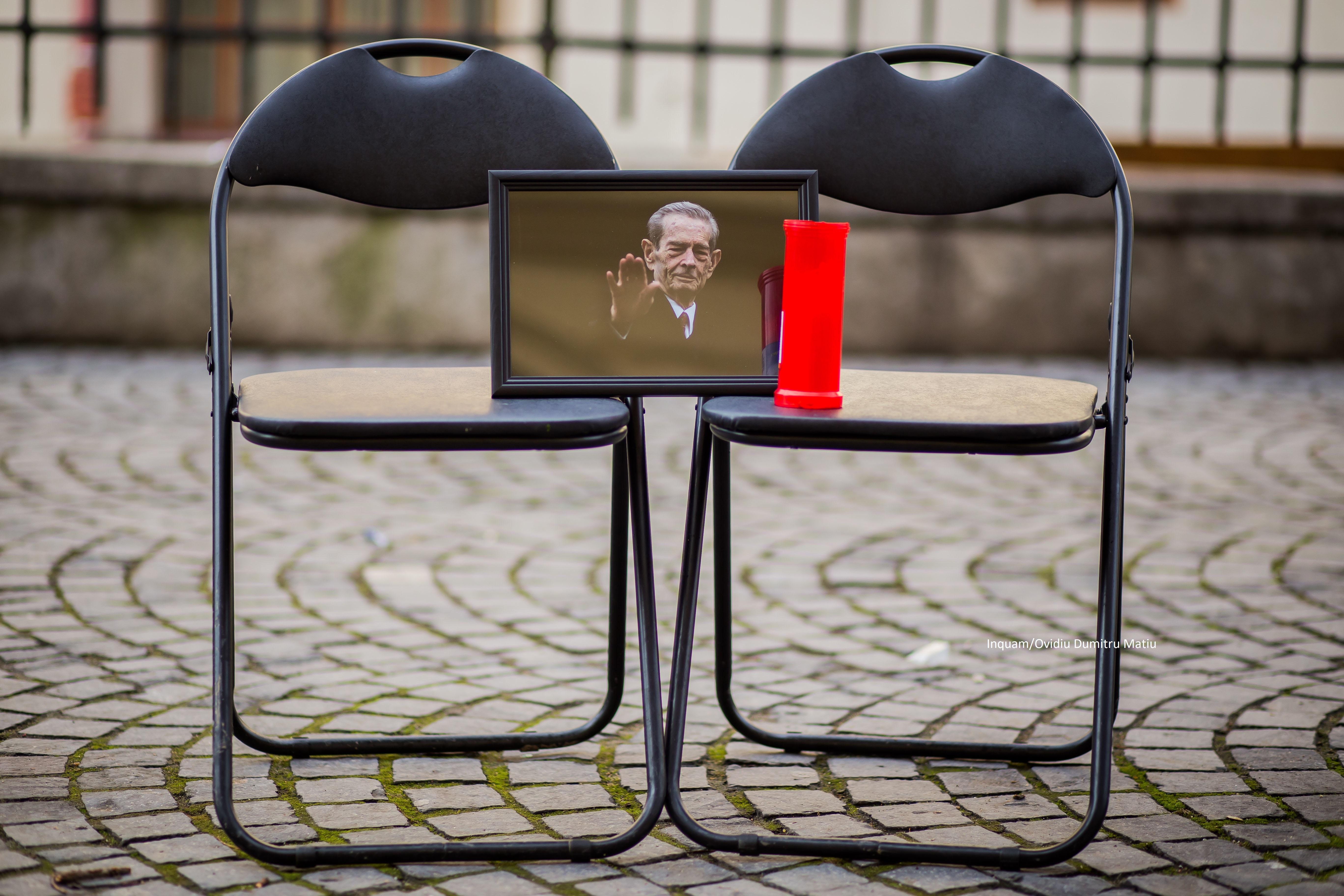 Flashmob în tăcere, la sediul PSD din Sibiu, în memoria Regelui Mihai