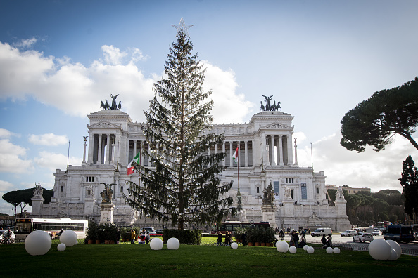 """Pomul de Crăciun din centrul Romei, ridiculizat pe internet. """"Perie de toaletă"""", """"Obosit"""""""