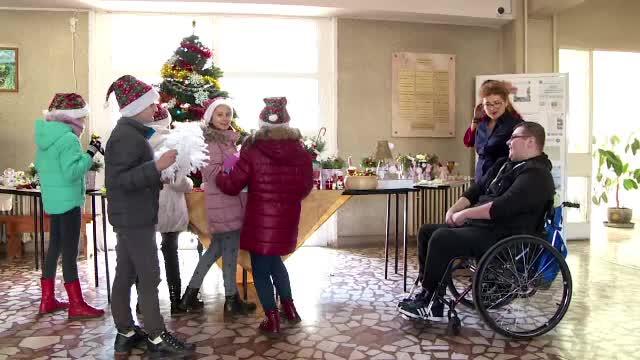 """Imobilizat într-un scaun cu rotile, își dedică timpul ajutând semenii. """"Am muncit tot anul, dar s-a meritat"""""""