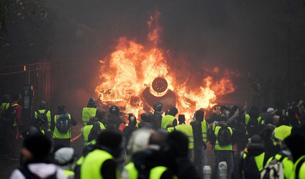 """Violențe în Franța. Macron îl trimite pe premier la discuții cu """"vestele galbene"""""""