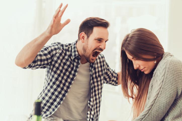 Tânără bătută de propriul iubit în timpul unui reality show din cauza geloziei. VIDEO