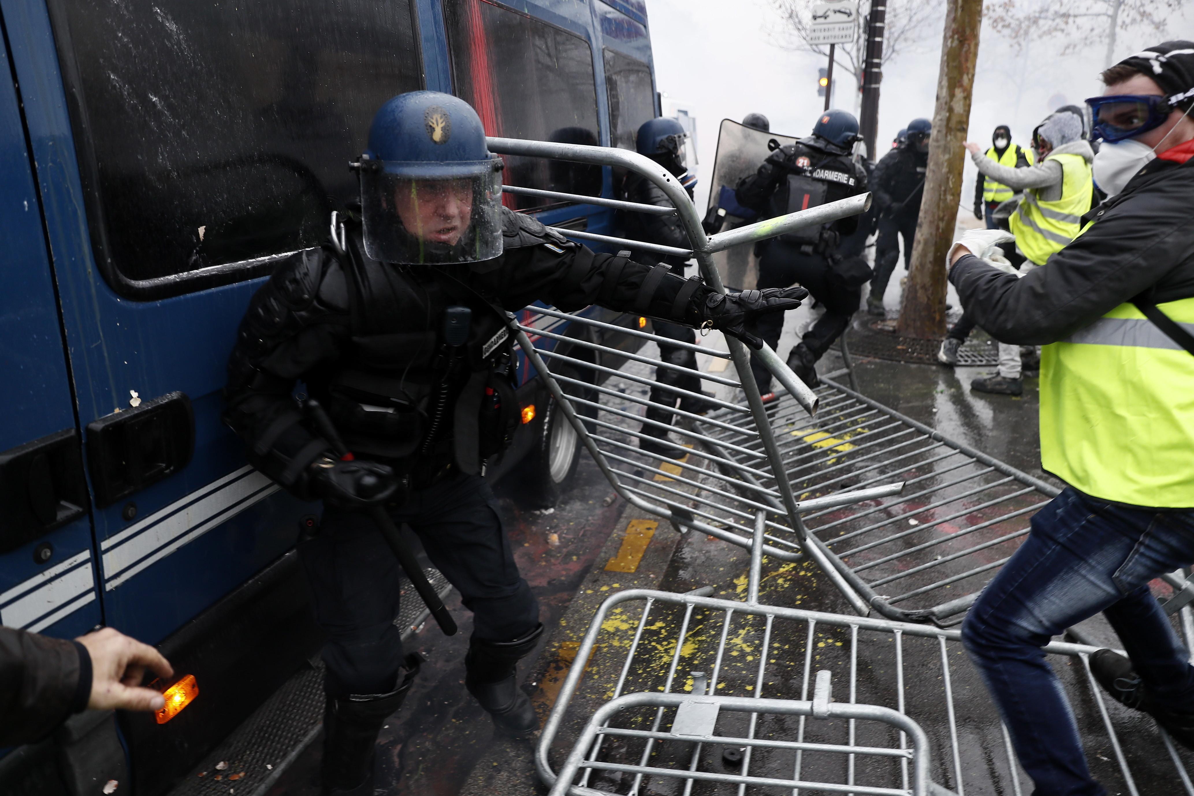 """VIDEO cu momentul în care jandarmii francezi atacă """"vestele galbene"""", filmat de un jandarm"""