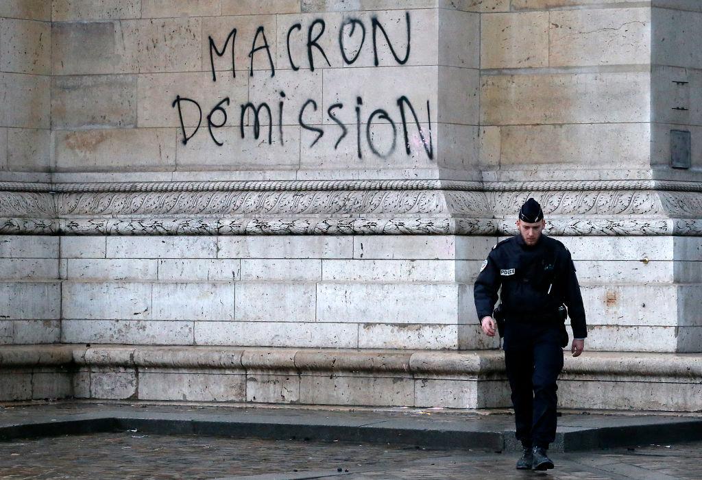 """Analiștii politici explică ce greșeală a comis Emmanuel Macron, față de """"vestele galbene"""""""