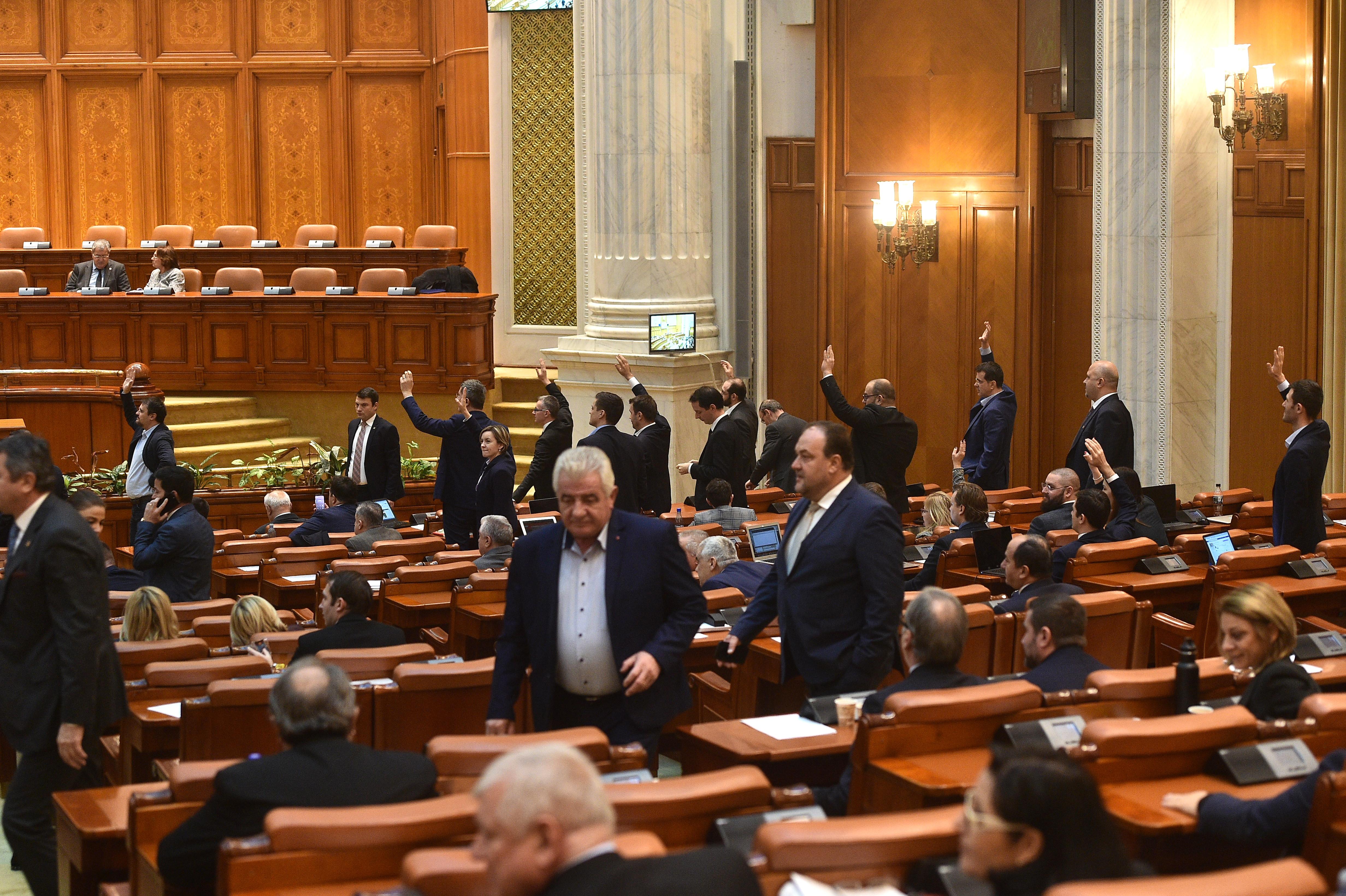 Scandal în Parlament: Votul pe Legea pensiilor se amână