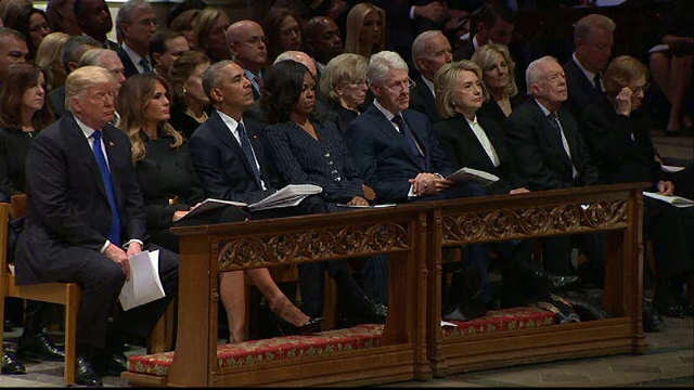 Moment jenant la funeraliile lui George Bush. Gestul lui Hillary Clinton față de Trump