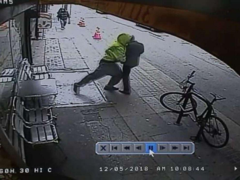 Imagini șocante filmate pe stradă. Bărbat impins sub roțile unui camion de un trecător
