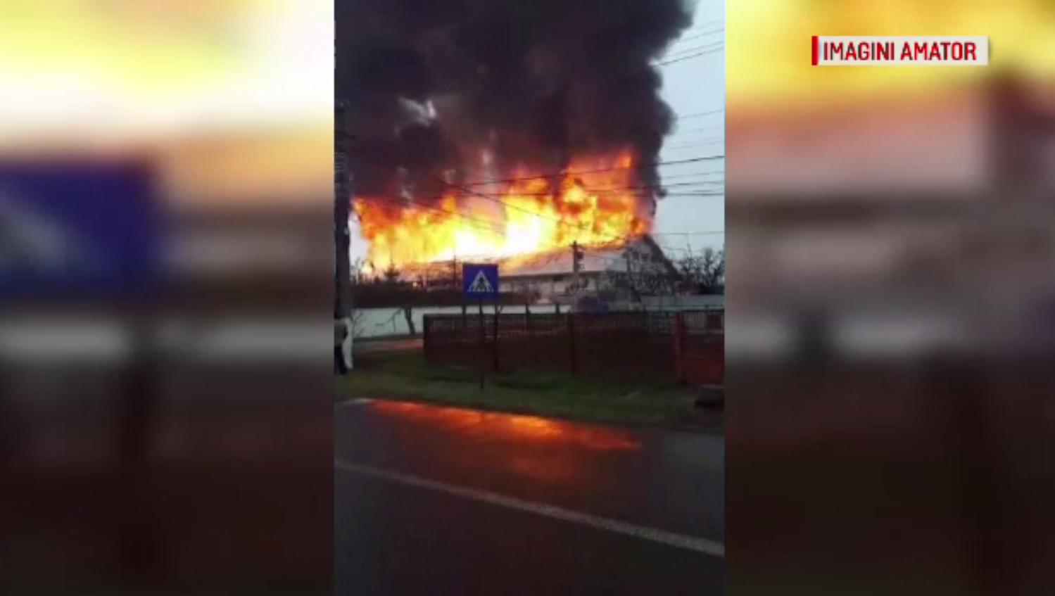"""Incendiu puternic la o fabrică din Reghin. """"Aşa flacără mare n-am văzut în viaţa mea"""