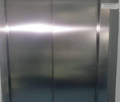 Tineri blocaţi într-un lift în Constanța. Ce au făcut aceştia până au fost salvaţi. VIDEO