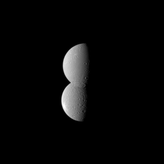 Doi sateliţi ai planetei Saturn par lipiţi