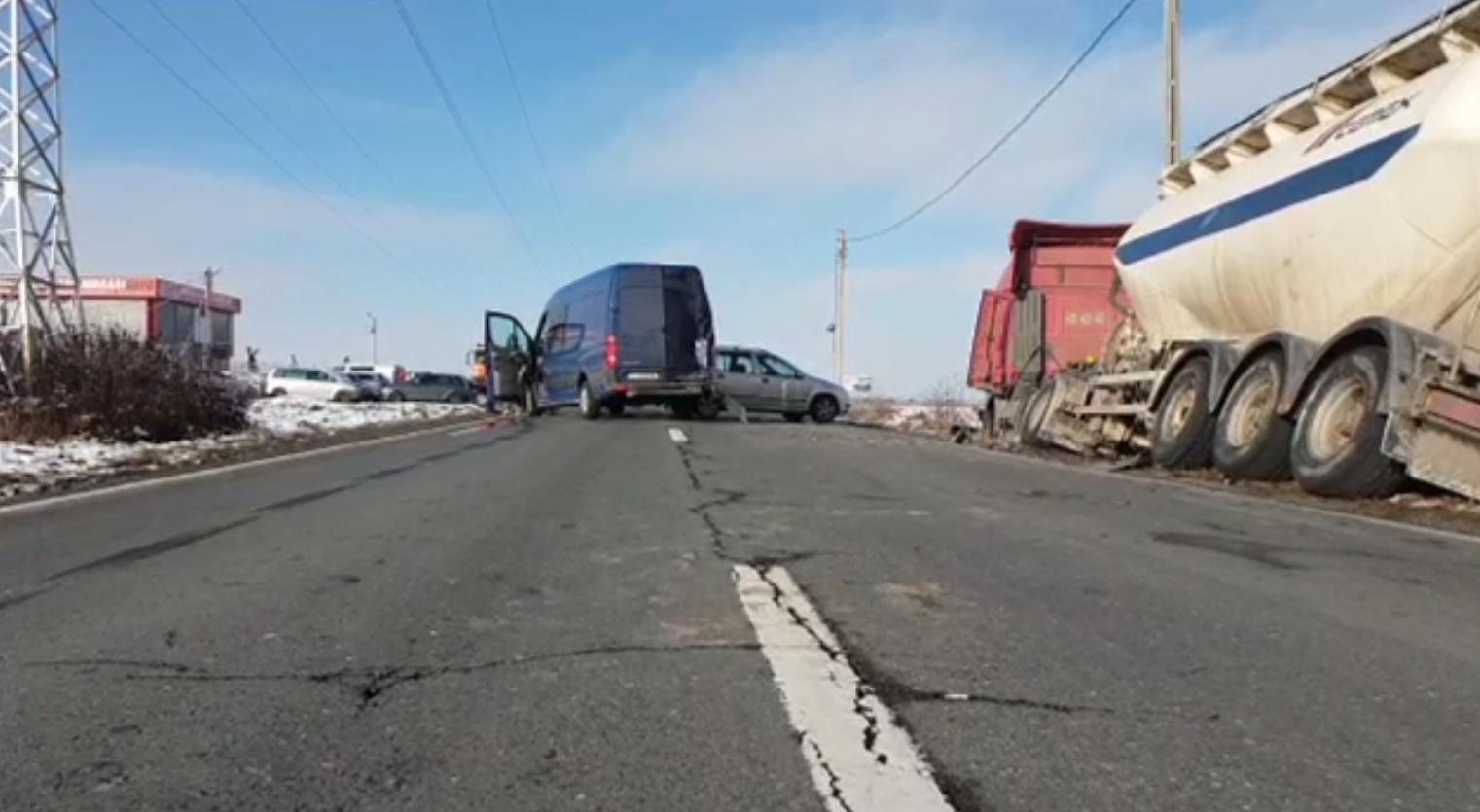 Impact violent între 3 mașini pe o șosea. Numărul victimelor