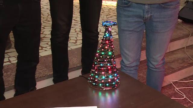 Brazi de Crăciun neobișnuiți. Pomul creat de câțiva elevi din Galați: costă 500 de lei