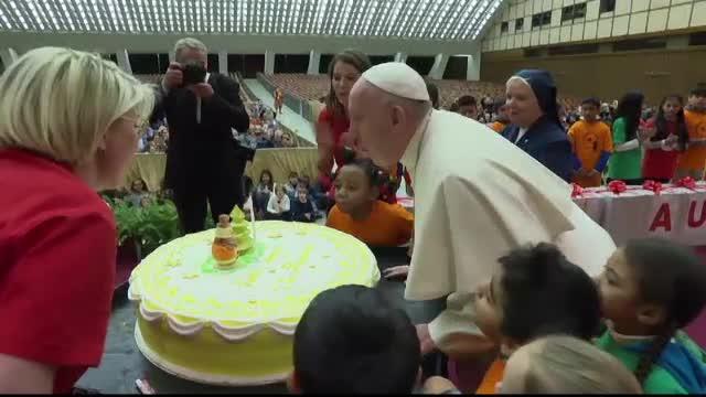 De ziua lui, Papa Francisc a primit un tort uriaș, de la copii. VIDEO