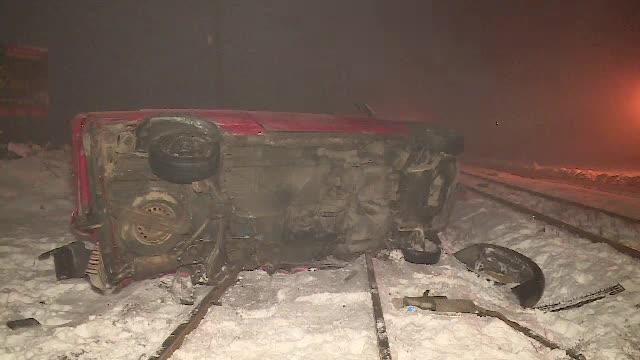 Microbuz lovit de tren pe calea ferată, în Arad. De ce nu era pusă bariera