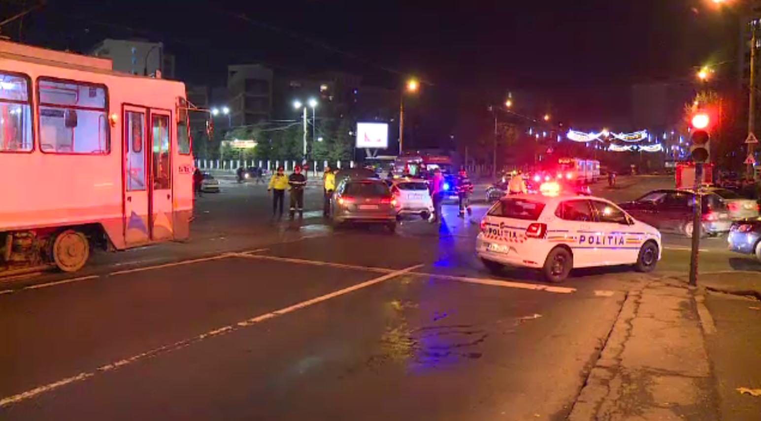 Impact violent într-o intersecție din București. Trei mașini au fost avariate