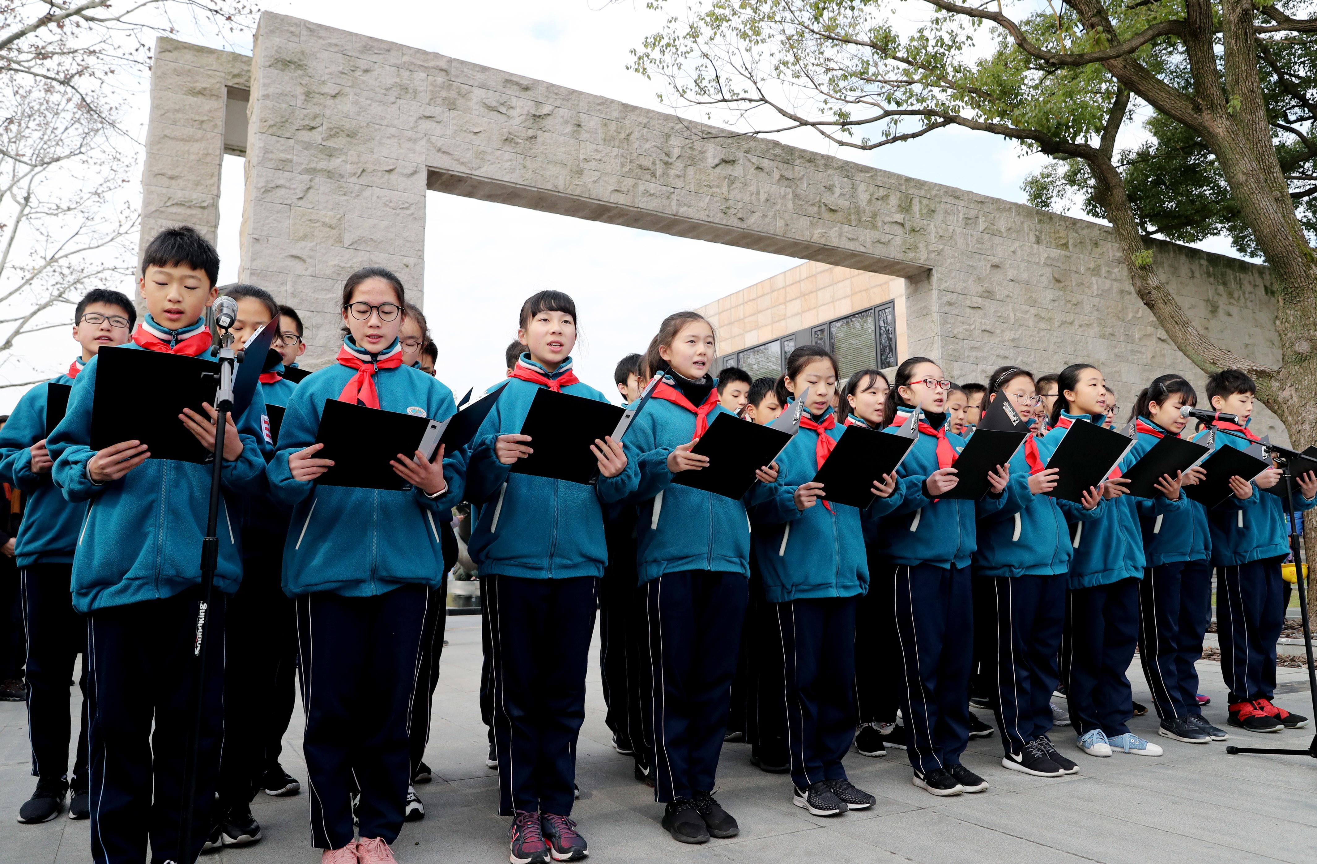 """Școlile în care elevii sunt obligați să poarte uniforme """"smart"""". Părinții primesc alerte"""