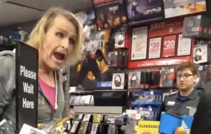 """Reacția nervoasă a unei femei transsexual după ce un vânzător i s-a adresat cu """"domnule"""""""