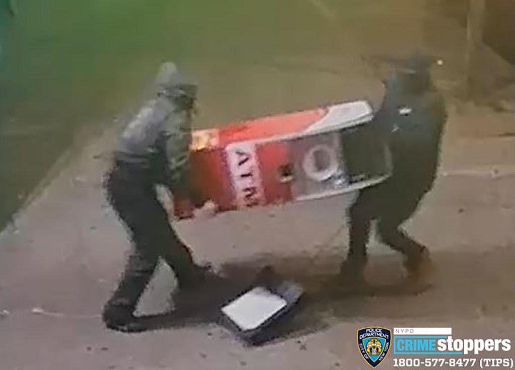 Imagini surprinzătoare cu doi bărbați care fură un bancomat dintr-un magazin. Reacția patronului