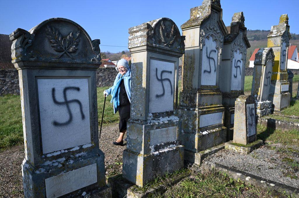 Peste 100 de morminte dintr-un cimitir evreiesc, profanate cu inscripții antisemite