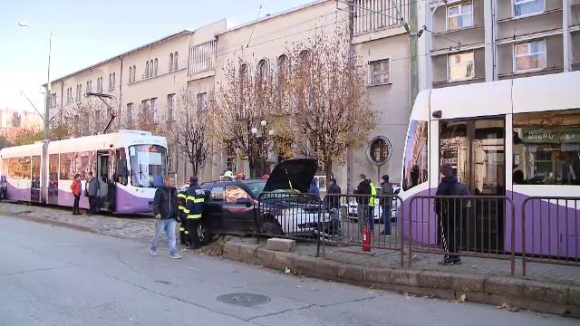 Impact violent în Timișoara, după ce un șofer nu a acordat prioritate tramvaiului