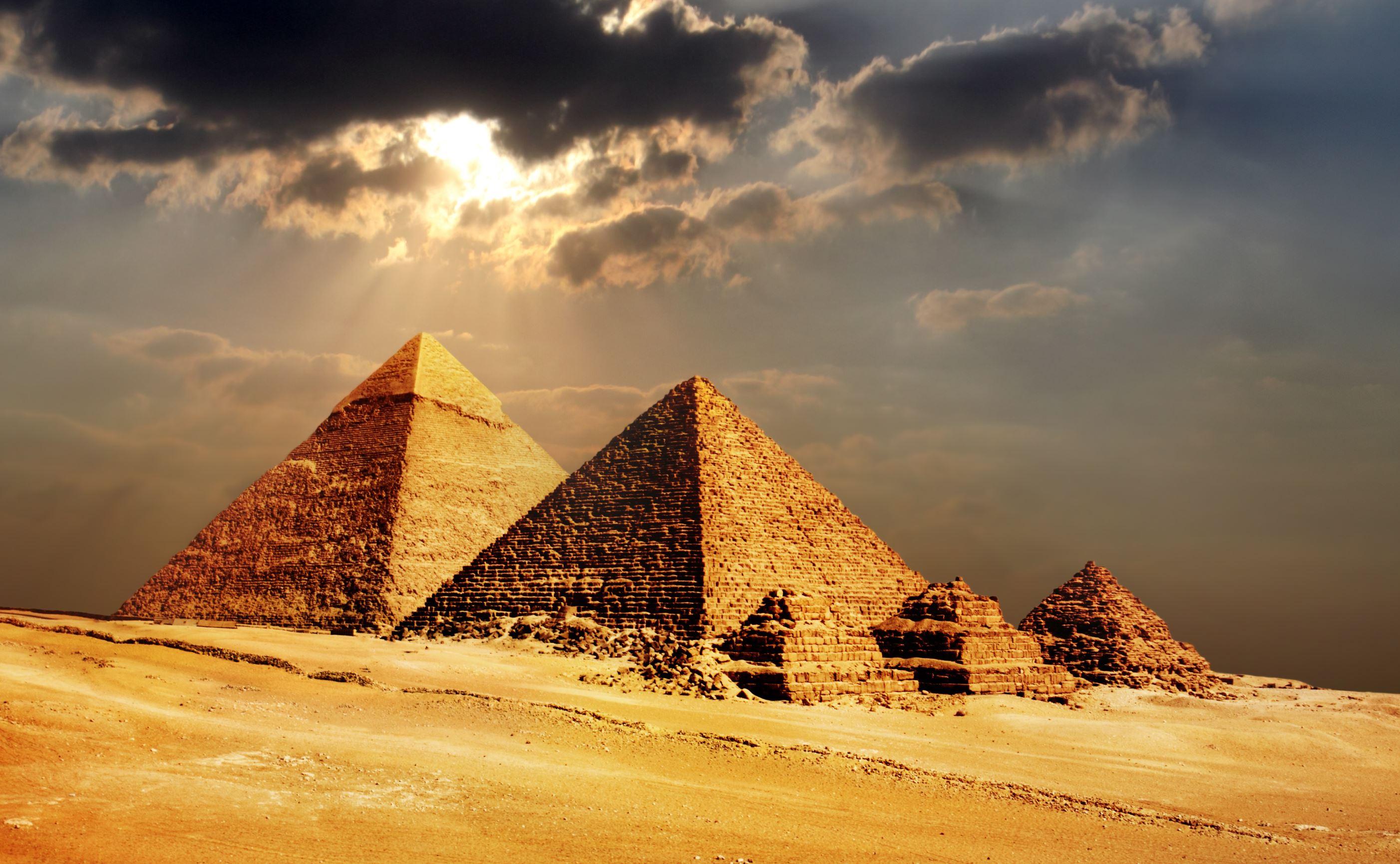 (P) Egiptenii au hotărât: cei care se cățără pe piramide vor plăti amenzi usturătoare sau pot ajunge chiar la închisoare
