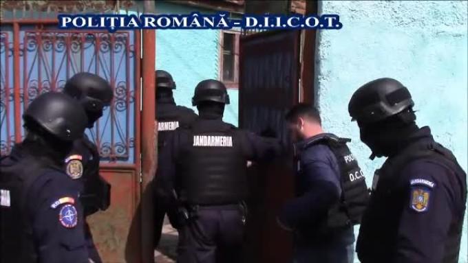 Zeci de percheziţii în Bucureşti şi cinci judeţe, într-un dosar de contrabandă cu tutun