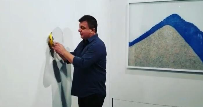 Banana vândută cu 120.000$ a fost mâncată de față cu publicul. Autorul gestului