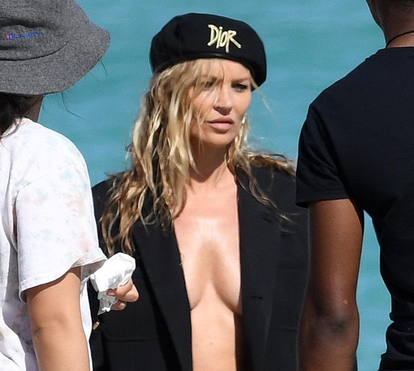 Kate Moss, topless la plajă. Cum arată supermodelul la 45 de ani