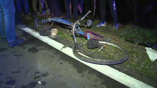 Accident neclar în Dâmbovița. Un biciclist a fost fie lovit, fie strivit de o mașină