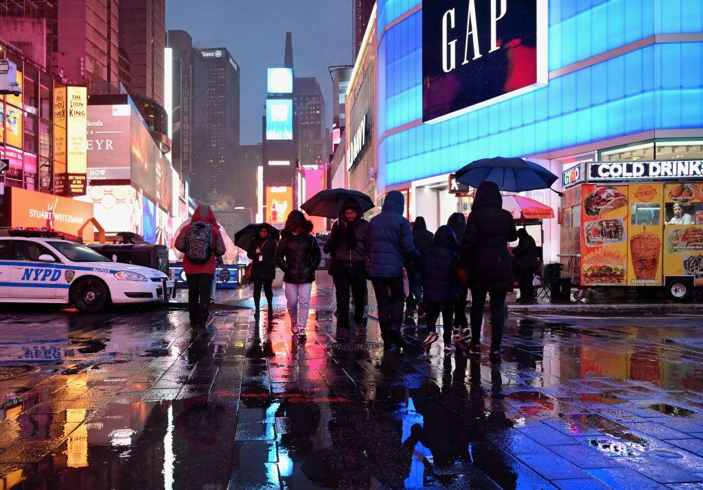 O femeie a murit, după ce a fost lovită de obiecte căzute de pe o clădire din apropiere de Times Square