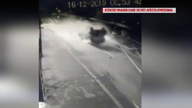 VIDEO. Momentul în care un șofer din Craiova se răstoarnă cu mașina și este aruncat pe geam