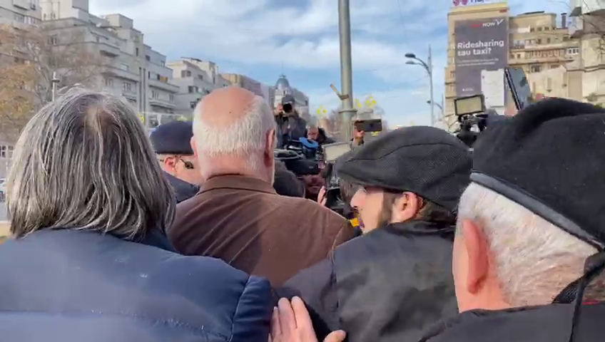 """Violențe în Piața Universității. Gelu Voican Voiculescu a fost lovit în cap: """"La pușcărie!"""". Atacatorul a fost identificat"""