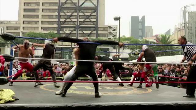 Wrestling în centrul capitalei Mexicului. De ce s-au luptat zeci de tineri costumați