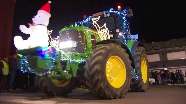 Inedit! Parada tractoarelor de Crăciun, împodobite și decorate de sărbătoare