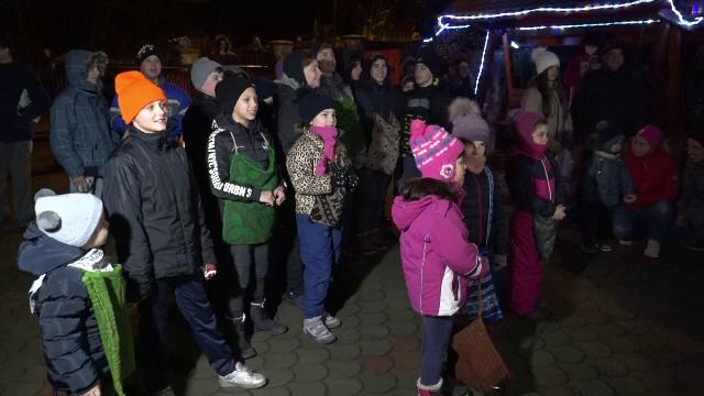 Cete de colindători vestesc Nașterea Domnului, în ajunul Crăciunului