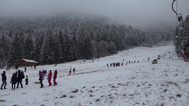 """Primele ninsori la munte, bucurie pentru turiști. """"Am fost la patinoar, ne-am dat cu sania"""""""