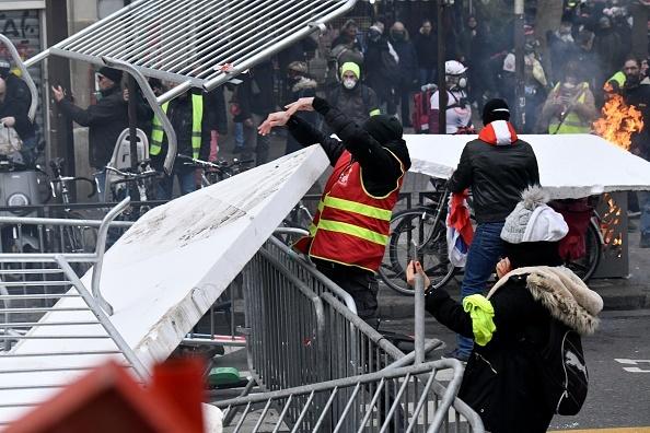 Protest violent în Paris. Vestele galbene s-au alăturat manifestanților. GALERIE FOTO