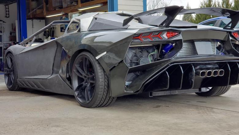 Surpriză uriașă pentru familia care şi-a făcut în casă un Lamborghini. Ce a primit de Crăciun