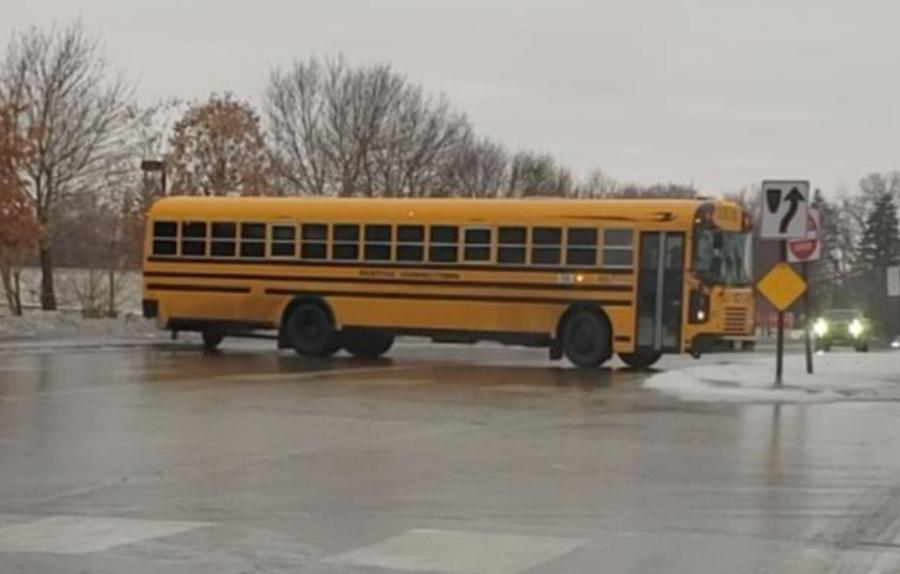 Imagini virale: un autobuz alunecă pe o șosea acoperită de gheață