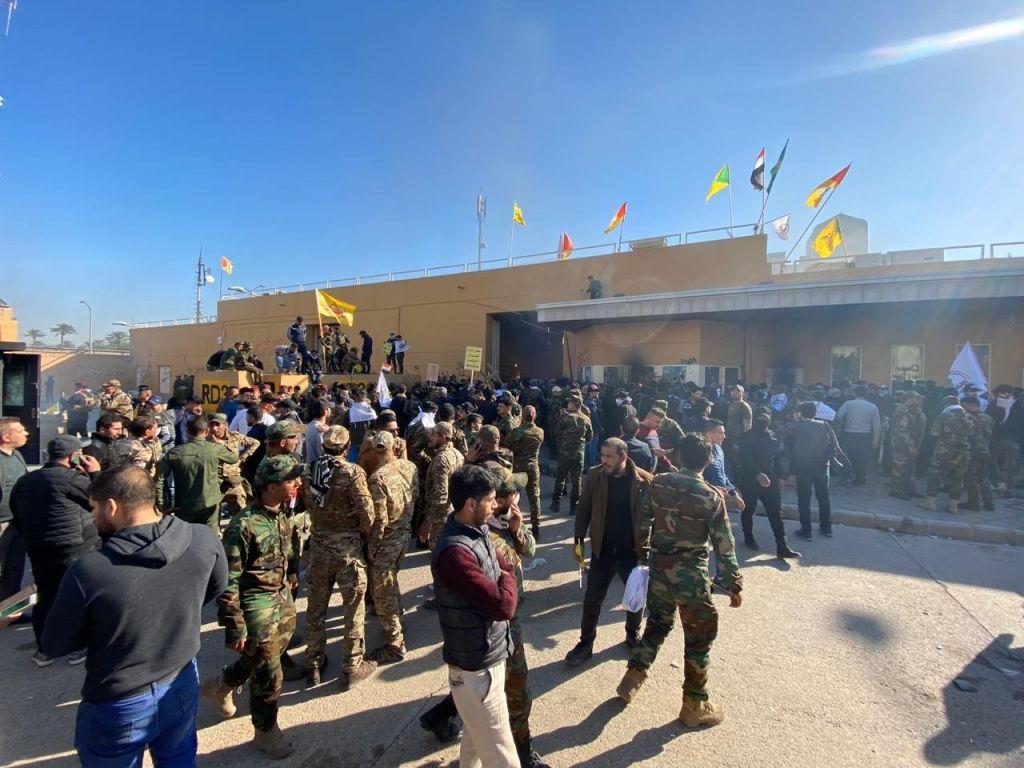 Proteste violente în fața ambasadei SUA din Bagdad: