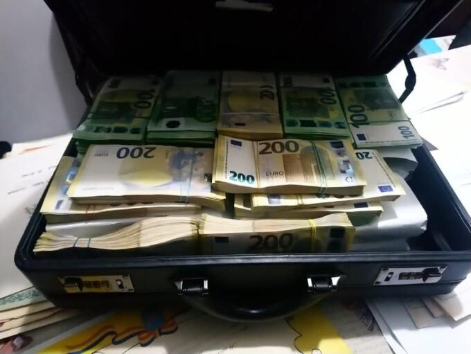 Cum cerea șeful grupării de la Suceava schimbarea a 60.000 de euro în bancnote de 200 pentru a încăpea mai ușor în seif