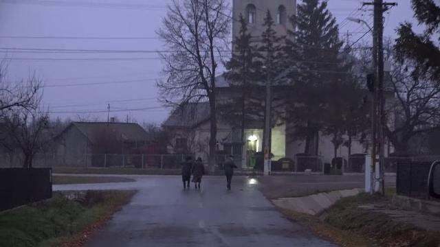 """Românii care s-au trezit cu noaptea în cap pentru a merge la vot, să li se întoarcă acasă copiii. """"Noi suntem singuri aici"""""""