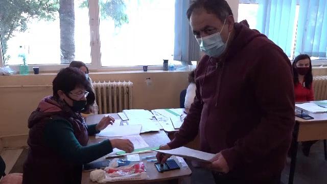"""Ce spun alegătorii care au votat în localitățile carantinate: """"Sperăm că va fi mai bine"""""""