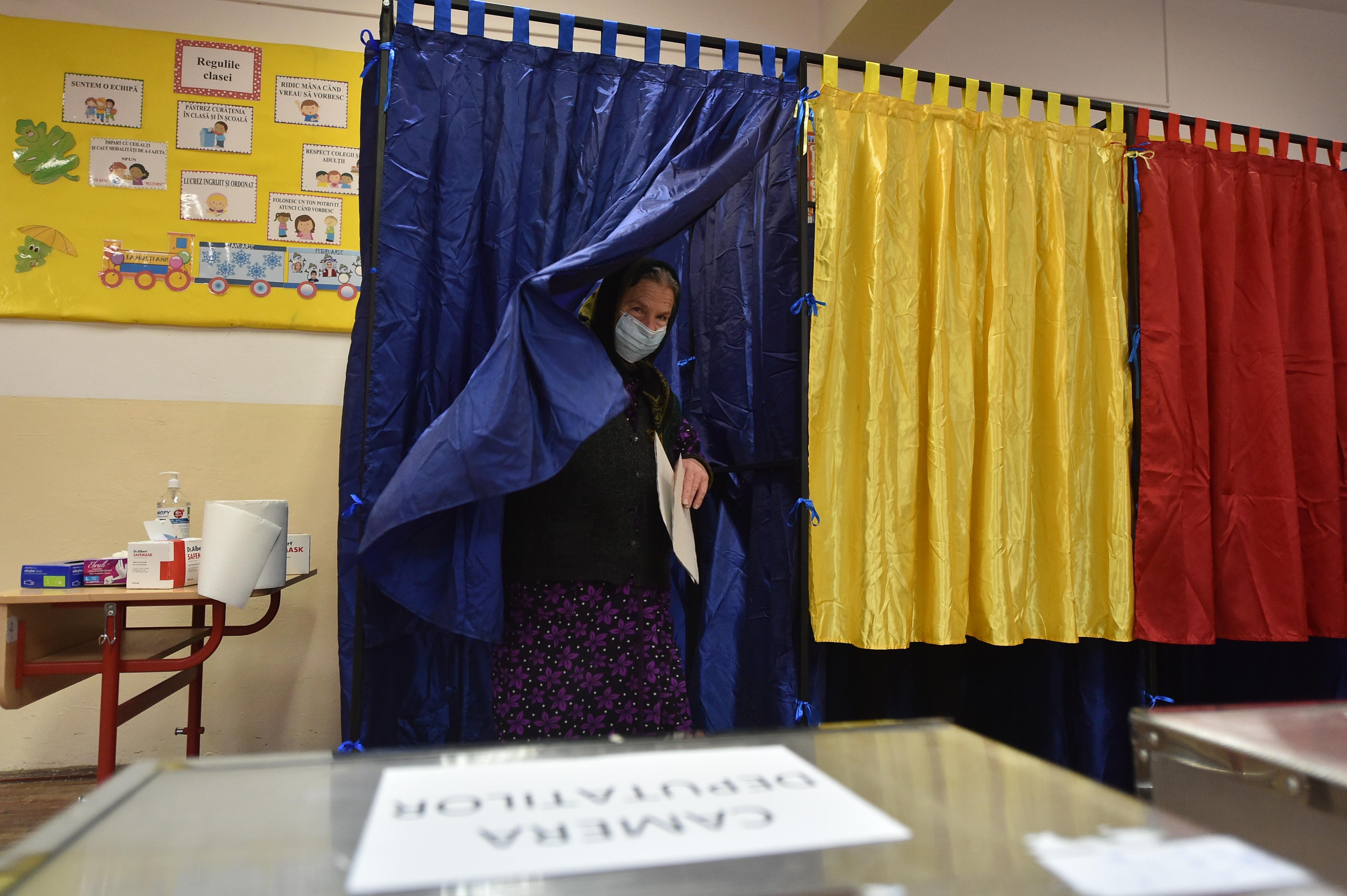 Cetățenii își exercită dreptul de vot, cu ocazia alegerilor parlamentare