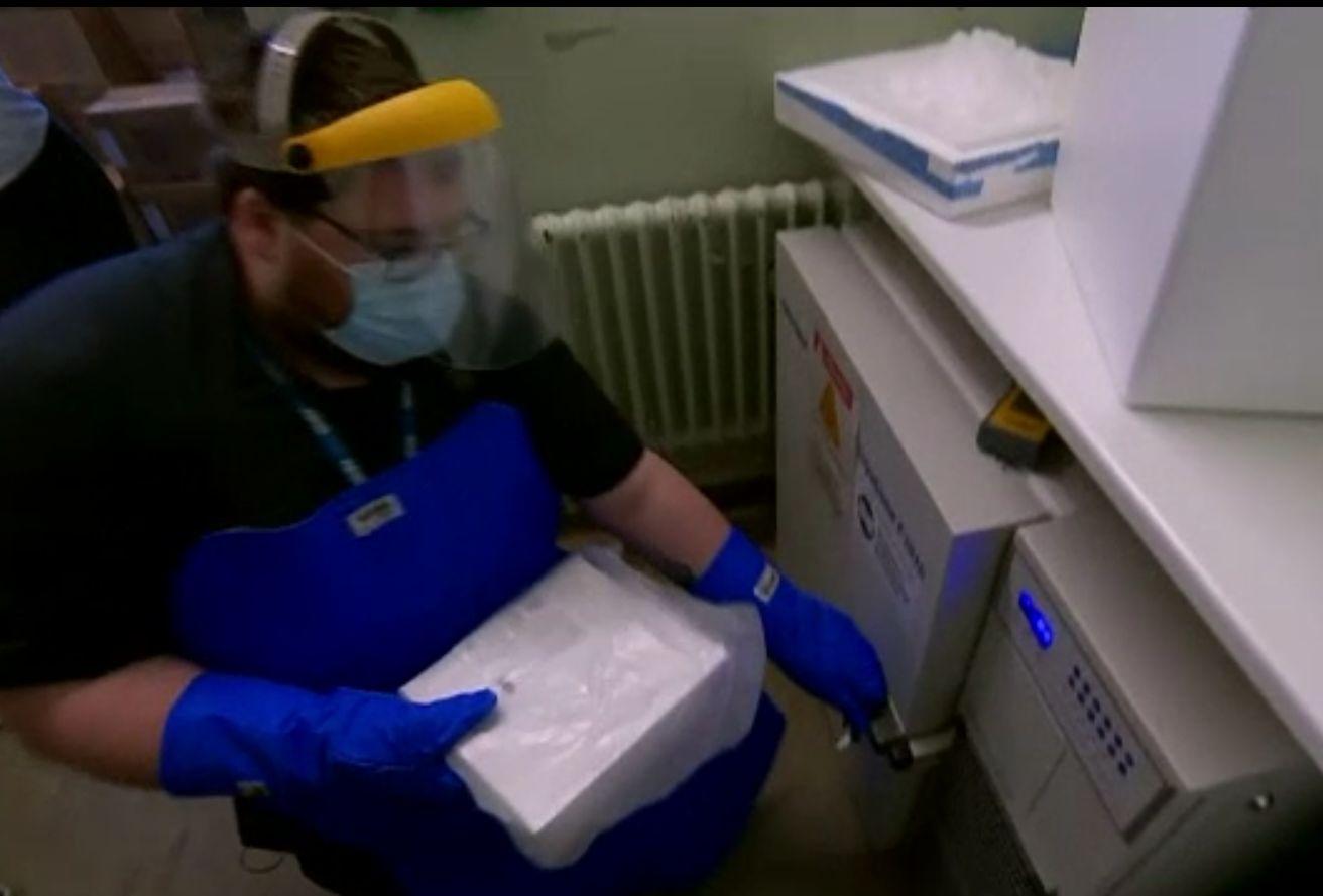 Cardul de vaccinare anti-COVID se va elibera fiecărui britanic inoculat cu serul Pfizer, de marți