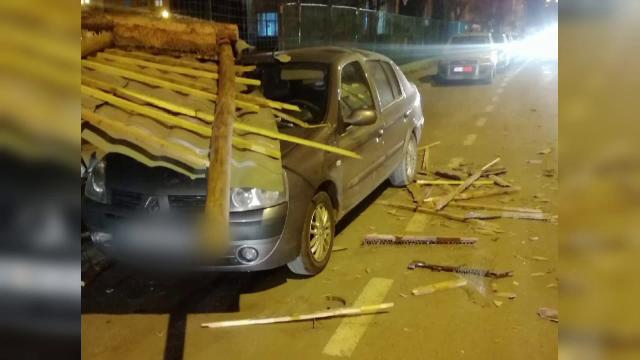 Rafale puternice de vânt la Sibiu. Acoperișul unui bloc s-a prăbușit peste mașini