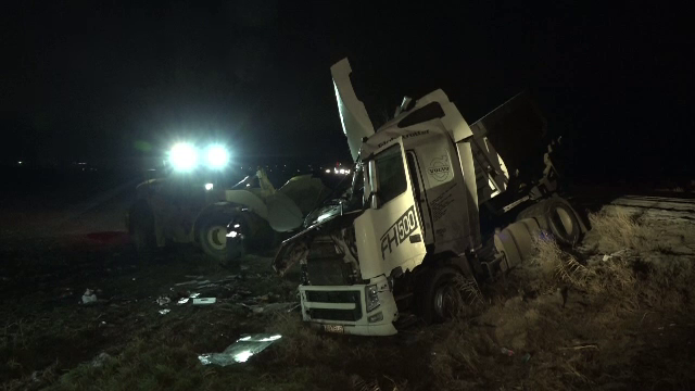 Un camion plin cu nisip s-a răsturnat pe DN2, după ce a fost izbit de un autoturism. Traficul a fost blocat zeci de minute