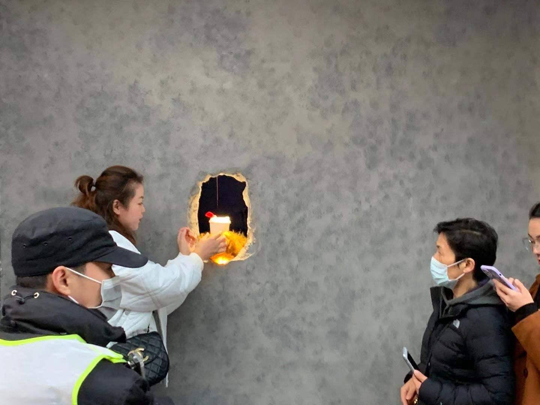 Cafeneaua din China unde servirea se face printr-o gaură în zid, iar managerul e surdo-mut. VIDEO