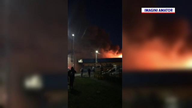 Panică într-un cartier din Arad. Un incendiu de proporții a cuprins un supermarket din zonă