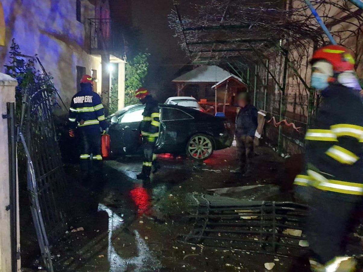 O maşină a ieşit de pe carosabil şi a intrat prin porţi în curtea unei case, în Nucet