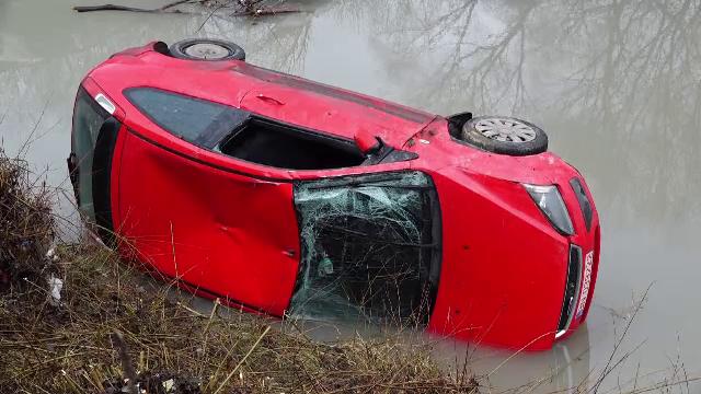 O șoferiță din Bistrița a plonjat cu mașina în râul care traversează orașul. Ce s-a întâmplat apoi